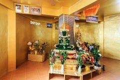 L'émeraude et golen des statues de Bouddha en Wat Koh Sirey Phuket, Thail Image libre de droits