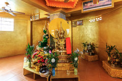 L'émeraude et golen des statues de Bouddha en Wat Koh Sirey Phuket, Thail Photos stock