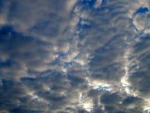 L'émergence du soleil des nuages dans le ciel Images stock