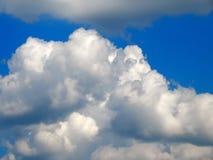 L'émergence du soleil des nuages dans le ciel Photo libre de droits