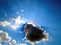 L'émergence du soleil des nuages dans le ciel Image stock