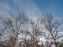 L'émergence du soleil des nuages dans le ciel Photo stock