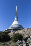 L'émetteur et la surveillance dominent dans un paysage d'hiver sur la colline ont plaisanté Images libres de droits