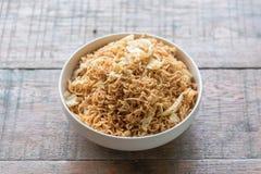 L'émoi a fait frire la nouille instantanée avec le légume et l'oeuf au plat mélangés dans la cuvette blanche Photo stock