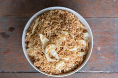 L'émoi a fait frire la nouille instantanée avec le légume et l'oeuf au plat mélangés dans la cuvette blanche Photographie stock