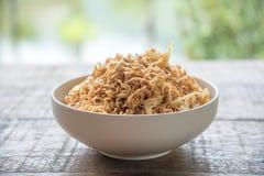 L'émoi a fait frire la nouille instantanée avec le légume et l'oeuf au plat mélangés dans la cuvette blanche Image stock