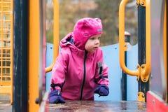 L'émotion de l'enfant sur le terrain de jeu dans le jour d'automne photographie stock