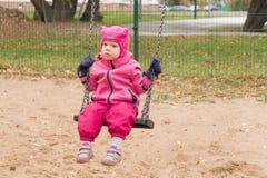 L'émotion de l'enfant sur le terrain de jeu dans le jour d'automne photographie stock libre de droits