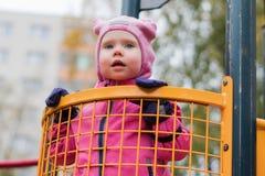 L'émotion de l'enfant sur le terrain de jeu dans le jour d'automne images libres de droits