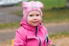 L'émotion de l'enfant sur le terrain de jeu dans le jour d'automne image stock