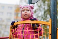 L'émotion de l'enfant sur le terrain de jeu dans le jour d'automne photo stock