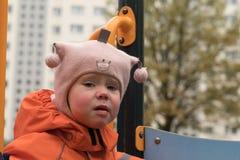 L'émotion de l'enfant sur le terrain de jeu dans le jour d'automne images stock