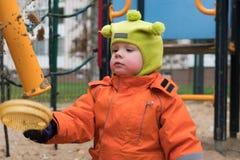 L'émotion de l'enfant sur le terrain de jeu dans le jour d'automne photos libres de droits