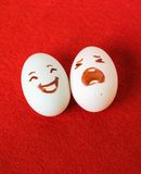 L'émotion drôle de Pâques eggs sur le rouge, couple heureux d'oeufs d'amour Image stock