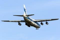 L'énorme atterrissage An-124 Images libres de droits