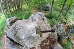 L'épée célèbre Excalibur au roi a collé entre le r images stock