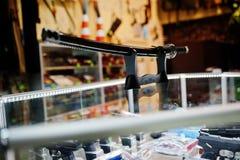 L'épée samouraï sur des étagères stockent des armes sur le centre de boutique Image libre de droits