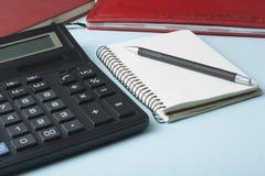 L'épargne à la maison, concept de budget Calculatrice, stylo et livres de comptes sur la table de bureau images libres de droits