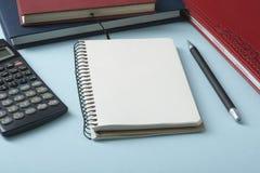 L'épargne à la maison, concept de budget Calculatrice, stylo et livres de comptes sur la table de bureau photo stock