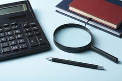 L'épargne à la maison, concept de budget Calculatrice, stylo et livres de comptes sur la table en bois de bureau photos stock