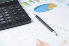 L'épargne à la maison, concept de budget Calculatrice, stylo, livres de comptes et diagramme sur la table de bureau images stock