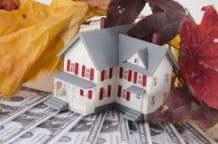 L'épargne à la maison en automne photo stock