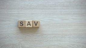 L'épargne, arrête le mot de mouvement sur les cubes en bois, planification de budget de famille, économie banque de vidéos