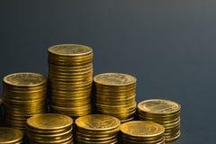 L'épargne, colonnes croissantes des pièces de monnaie, piles des pièces de monnaie disposées As Images stock