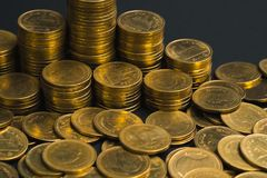 L'épargne, colonnes croissantes des pièces de monnaie, piles des pièces de monnaie disposées As Image libre de droits