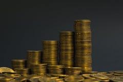 L'épargne, colonnes croissantes des pièces de monnaie, piles des pièces de monnaie disposées As Photo libre de droits