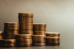 L'épargne, colonnes croissantes des pièces de monnaie, piles des pièces de monnaie disposées As Photos libres de droits