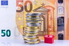 L'épargne de société d'investissement et de crédit immobilier - concept à la maison de l'épargne d'achat - pile de pièce de monna photo stock