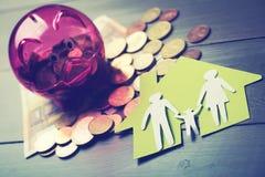 L'épargne pour la nouvelle maison de famille et le concept d'hypothèque images stock