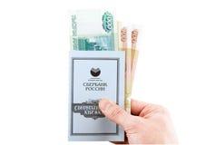 L'épargne russe réserve avec des roubles, se tenant à disposition. Image stock