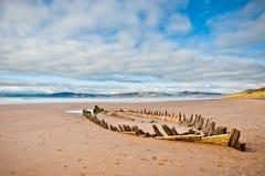 L'épave du bateau sur la plage en Irlande photos stock