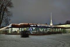 L'éperlan de restaurant nuit d'hiver de la forteresse de Peter et de Paul dedans Images libres de droits