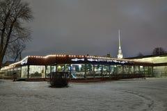 L'éperlan de restaurant nuit d'hiver de la forteresse de Peter et de Paul dedans Image libre de droits
