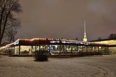 L'éperlan de restaurant nuit d'hiver de la forteresse de Peter et de Paul dedans Photos libres de droits