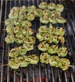L'épice a mariné des brochettes de crevettes roses sur un gril de charbon de bois images stock