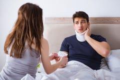 L'épouse affectueuse prenant soin de mari blessé dans le lit Photo libre de droits