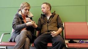 L'épouse aide son mari à prendre la montre avec amour Photo stock