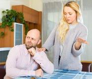 L'épouse attirante pend son mari image stock