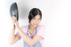 L'épouse de Chambre est prête à vous frapper avec une casserole image stock