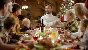L'épouse donne le cadeau de nouvelle année à son mari pendant le dîner de famille banque de vidéos
