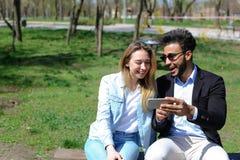 L'épouse donnent le mari de téléphone comme cadeau d'anniversaire Photographie stock