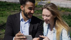 L'épouse donnent le mari de téléphone comme cadeau d'anniversaire Image libre de droits