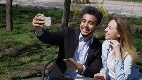 L'épouse donnent le mari de téléphone comme cadeau d'anniversaire r Photos libres de droits