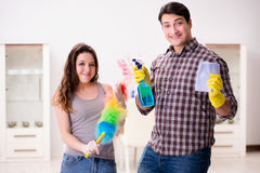 L'épouse et le mari faisant le nettoyage à la maison photographie stock