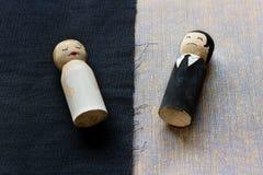 L'épouse et le mari gribouille dans le relat cassé par concept de processus de divorce Images stock