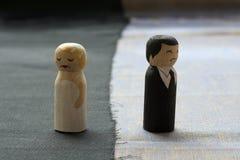 L'épouse et le mari gribouille dans le relat cassé par concept de processus de divorce Photo stock